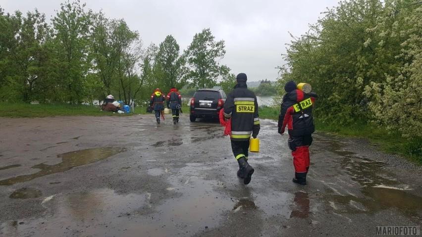 Na miejscu jest sześć jednostek zawodowej i ochotniczej straży pożarnej z Opola i Nysy. Ci ostatni strażacy przywieźli ze sobą sonar, przy pomocy którego prowadzone są poszukiwania.