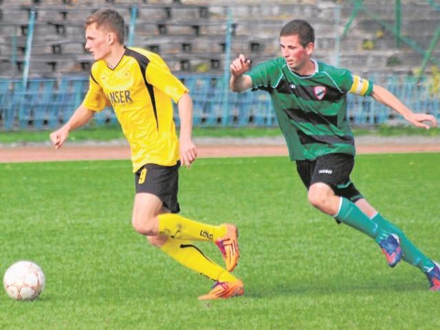 Mariusz Fabjański (z prawej) w ostatnim meczu z Koprzywianką Koprzywnica zdobył cztery bramki dla Staru Starachowice. Teraz ma na koncie 12 goli i jest zdecydowanym liderem klasyfikacji strzelców.