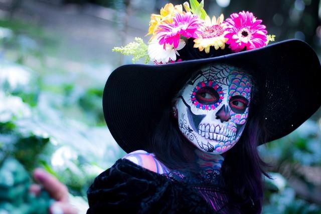 """MeksykZaduszki, czyli """"Dia de los Muertos"""", to jedno z najbardziej kolorowych i radosnych świąt Meksyku. Składa się z dwóch głównych części: 31 października i 1 listopada wspomina się zmarłe dzieci, natomiast  1 i 2 listopada to dni, w których Meksykanie wspominają zmarłych dorosłych. Nieodłącznym elementem obchodów Święta Zmarłych jest fiesta na cmentarzach i ulicach miast. To zabawa ludzi przebranych za trupy. Co w sytuacji, gdy zechcemy zjeść coś słodkiego? Stragany pełne są łakoci w kształcie czaszek, kościotrupów, a nawet czekoladowych trumienek."""