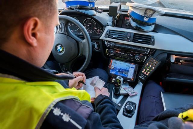 Kierowca, który nie posiada prawa jazdy zapłaci kilkaset złotych mandatu.