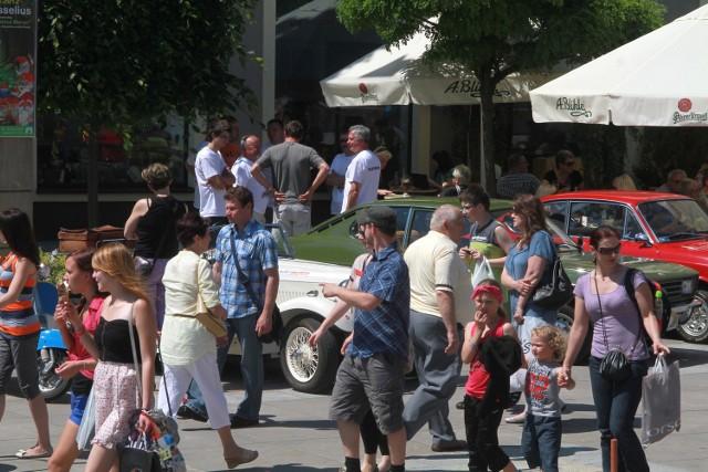 """Podczas weekendowego """"Budzenia Sienkiewki"""" w sklepach i lokalach gastronomicznych przy kieleckim deptaku było wielu kupujących."""
