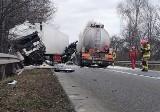 Kozmarny wypadek w Kończycach. Kierowcy ciężarówek są ciężko ranni po czołowym zderzeniu. Policja zamknęła drogę