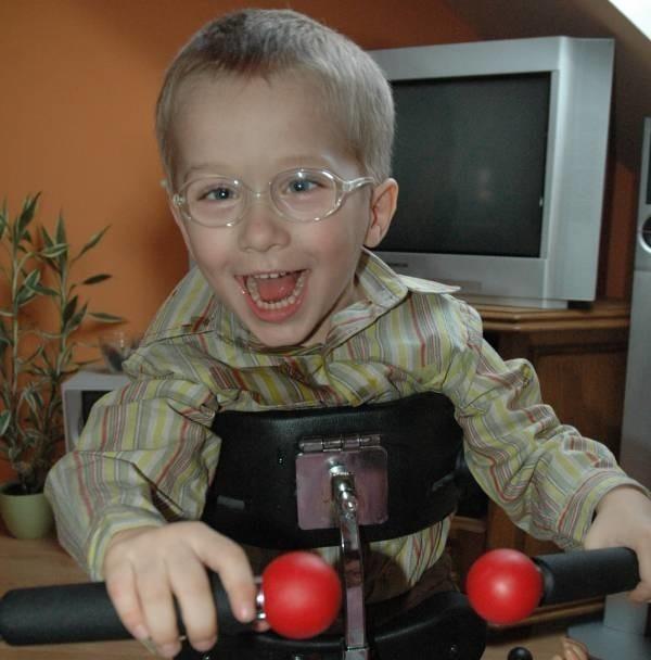 Adrianek jest nieuleczalnie chory, ale potrafi się cieszyć tak samo jak zdrowe maluchy.