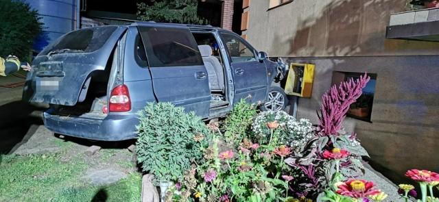 Samochód uderzył w dom i rozszczelnił skrzynkę z gazem.