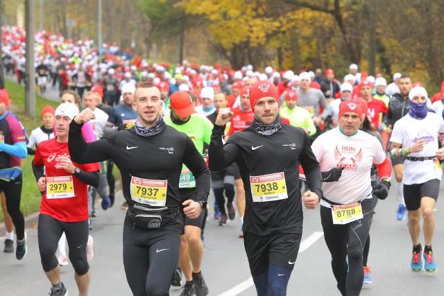 11 listopada w Poznaniu wyruszył Bieg Niepodległości 2019. Na starcie pojawiło się około 15 tysięcy osób. Wielki bieg to nie tylko wielkie wydarzenie sportowe, ale również wielkie wyzwanie logistyczne. Start i meta biegu zlokalizowane są na alei Niepodległości w okolicach Urzędu Marszałkowskiego. Trasa przebiega przez Winogrady i centrum Poznania. Zobacz zdjęcie biegaczy z pierwszego kilometra wyścigu --->