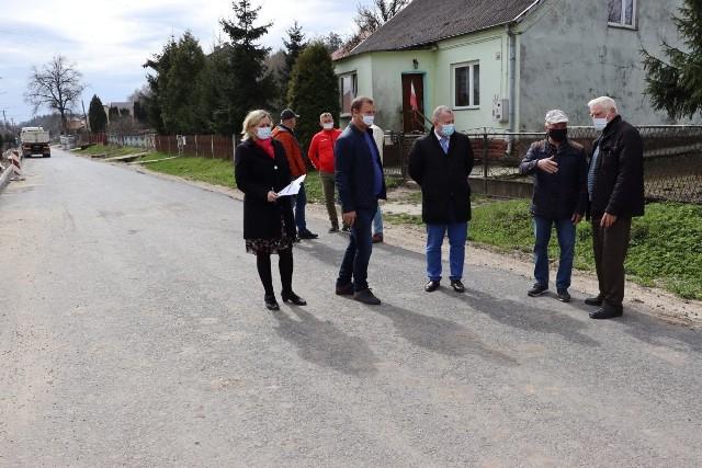 Wizytacja przebudowywanej drogi powiatowej w Cieślach.