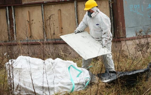 Azbest wykryto nie tylko na drogach, ale i na nielegalnych wysypiskach śmieci