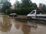 Awaria wodociągowa na Paradnej w Łodzi. Na ulicy tworzy się nieprzejezdne rozlewisko