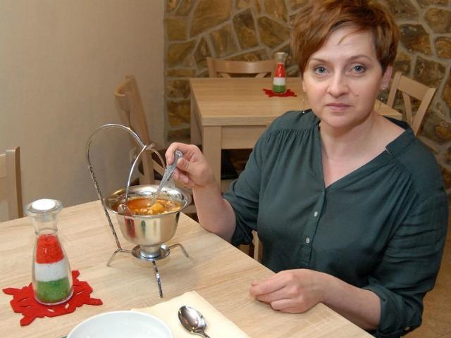 Renata Wiczkowska prezentuje zupę gulaszową, podawaną w kociołku.
