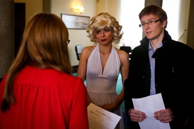 Tomasz Owczarek w ratuszu w 2014 roku z Marylin Monroe krytykował wydatki miasta