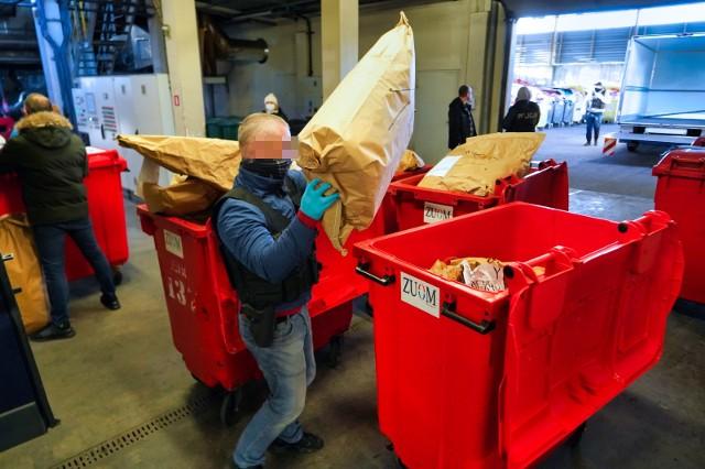 W spalarni, w obecności nadzorujących wszystko funkcjonariuszy, worki (wypełnione 88 kg marihuany, 11 kg amfetaminy i innych środków, a także prawie kilogramem dopalaczy) zostały spalone w piecu