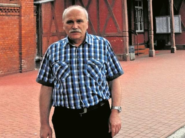 Prof. Sadowski przed koszarami  przy ul. Gdańskiej: - Mur szachulcowy z założęnia miał być tymczasowy, a tu stoi niemal sto lat