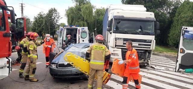 Wypadek śmiertelny w Hajnówce. W zderzeniu skody z DAF-em zginął kierowca osobówki