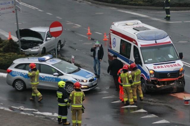 Wypadek karetki z osobówką w Krotoszynie. Pojazdy zderzyły się na skrzyżowaniu koło poczty