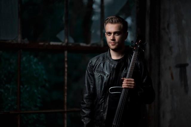 """Poznański wiolonczelista Bartosz Zboralski buduje swoje utwory w oparciu o technikę """"live loopingu"""", polegającą na zapętlaniu dźwięków na żywo."""