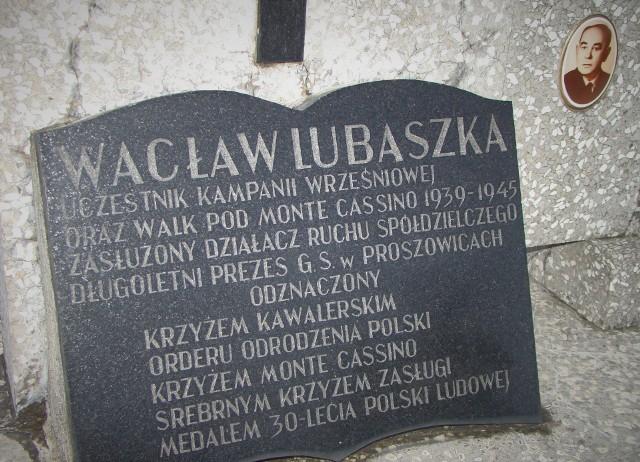 Tablica na grobie Wacława Lubaszki w Proszowicach