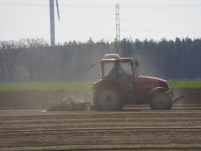 Osoby pracujące w rolnictwie narażone są na kilkanaście różnych chorób zawodowych. Są wśród nich m.in. schorzenia układu oddechowego (np. astma lub tzw. płuca rolnika), czy też narządów ruchu i układu nerwowego powodowane długotrwałym przebywaniem w nieergonomicznej pozycji.