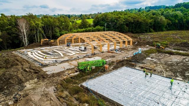 Przy ul. Jedynaka w Wieliczce powstaje nowoczesny kompleks edukacyjny, z szeroką bazą sportowo-rekreacyjną. Obiekt ma być gotowy na początek roku szkolnego 2022/2023