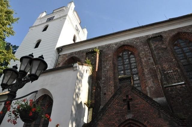 Kościół Zbawiciela w Kluczborku z wyremontowaną wieżą.