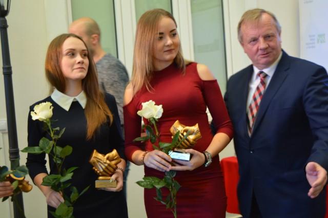 Ostrołęka. Międzynarodowy Dzień Wolontariusza. Statuetki i podziękowania podczas Gali Wolontariatu 2019, 5.12.2019