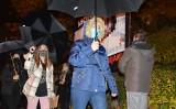 Różaniec działaczy Pro Life pod szpitalem ginekologicznym w Opolu i spacer czarnych parasolek