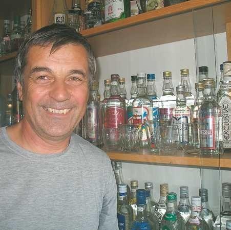 - Od sześciu lat wódek już nie zbieram, bo wykorzystałem wszystkie półki - mówi z żalem Julian Dorecki.