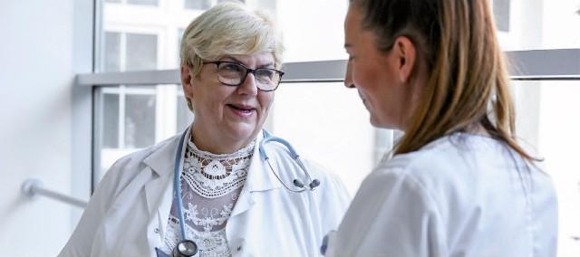 Lek. med. Iwona Witkiewicz, specjalista chorób płuc, konsultant wojewódzki w tej dziedzinie, kieruje Oddziałem Gruźlicy i Chorób Płuc w SPWSZ w szczecińskim Zdunowie.