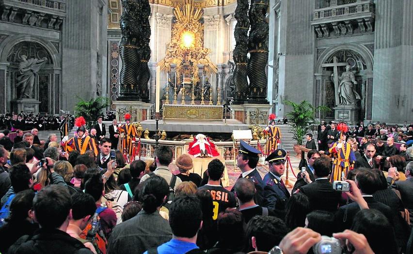 13 marca Jan Paweł II powrócił do Watykanu. Jednak stan jego...
