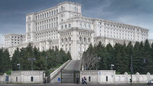 Pałac ParlamentuTak wygląda najdroższy w budowie budynek. Pałac Parlamentu w Rumunii ma kubaturę rzędu 2,55 miliarda metrów sześciennych., co odpowiada trzeciej części objętości znanego jeziora Loch Ness. Część podziemna gmachu jest wyższa od naziemnej.