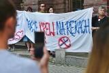 """""""Chrońcie, nie bijcie"""". Protest pod komendą policji we Wrocławiu po śmierci Dmytra [FILM, ZDJĘCIA]"""