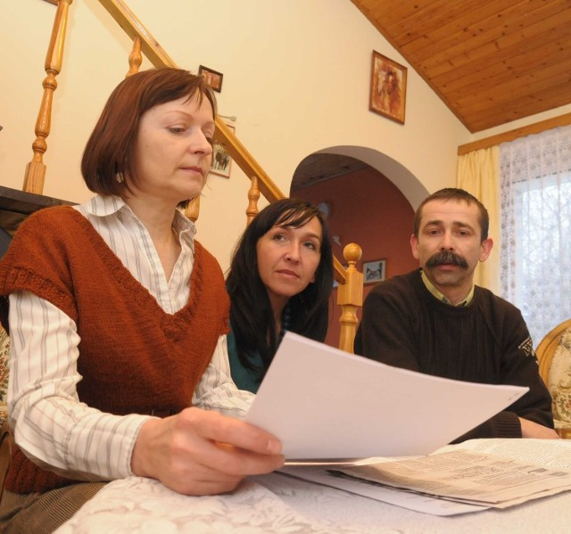 Bogumiła Ziemińska, Wiesława Tarnowska i Mariusz Kostyk, nauczyciele z Zespołu Szkół w Baborowie, chcą, by sprawa znalazła w końcu finał. Żądają usunięcia dyrektorki ze stanowiska.