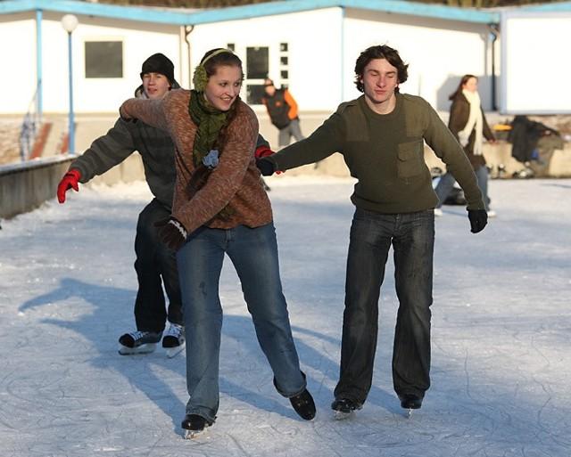 W piątek w slupskim Parku Kultury i Wypoczynku otwarto lodowisko.