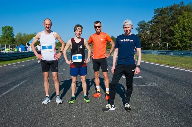 Poznaniak Marcin Kęsy (z lewej) przebił się na podium Wyścigowej Piątki, która w tym roku stała na bardzo wysokim poziomie sportowym