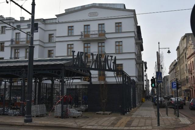Targ Jaracza i wyremontowana kamienica przy ul.Kilińskiego39.