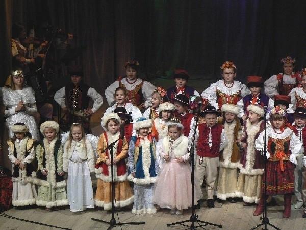"""W repertuarze ZPiT """"Przemyśl"""" są wszystkie tańce narodowe, regionalne Polski południowej, widowisko """"Wesele Rzeszowskie"""", groteska lwowska """"Spacerkiem po Kliparowi"""" oraz widowisko teatralno – taneczne """"Helenka i Skrzetuski"""" oparte na powieści """"Ogniem i mieczem""""."""