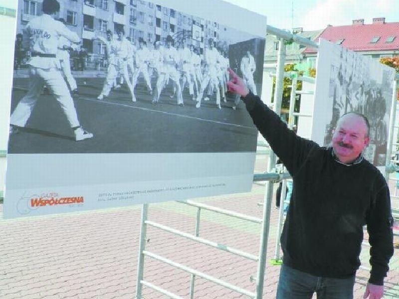 Wojciech Chojnowski  w 1979 roku uczestniczył w pokazie taekwondo w centrum Łomży.
