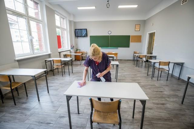 W II LO w piątek sale na egzamin maturalny były już gotowe. Przed południem trwała dezynfekcja stolików, a potem na drzwi założono plomby.