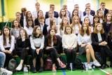 """I LO w Białymstoku. Święto szkoły.  """"Belfer Roku"""" i """"Uczeń Roku"""" nagrodzeni (zdjęcia)"""