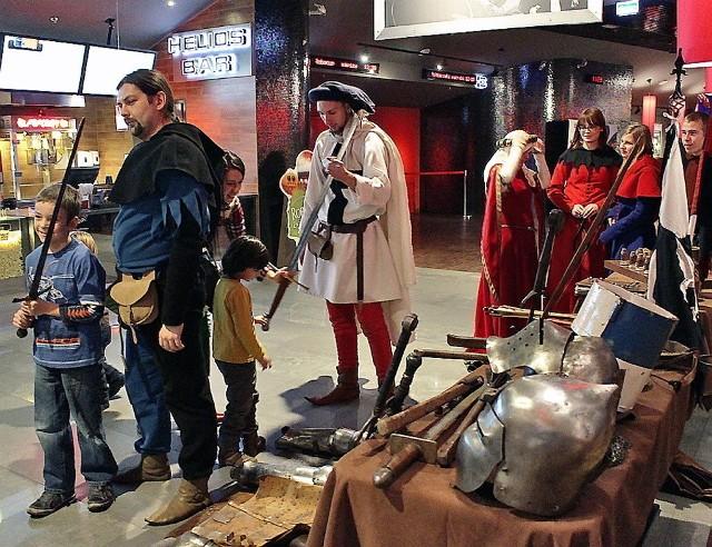 W kinie Helios królowali rycerze. Dzieci były nimi zafascynowane. Chłopców interesowały przede wszystkim miecze.