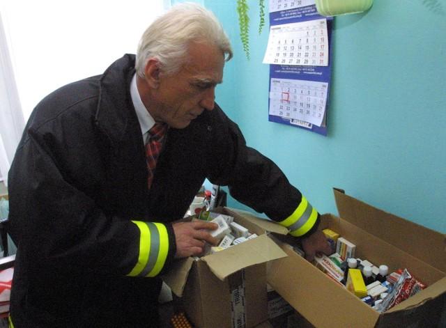 W Pogotowiu Zimowym kończy się zapas leków. Zbigniew Szober otwiera jeden z ostatnich kartonów.