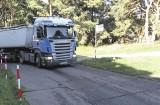 Ciężarówki jeżdżą drogą pod oknami ośrodka wczasowego w Ustce