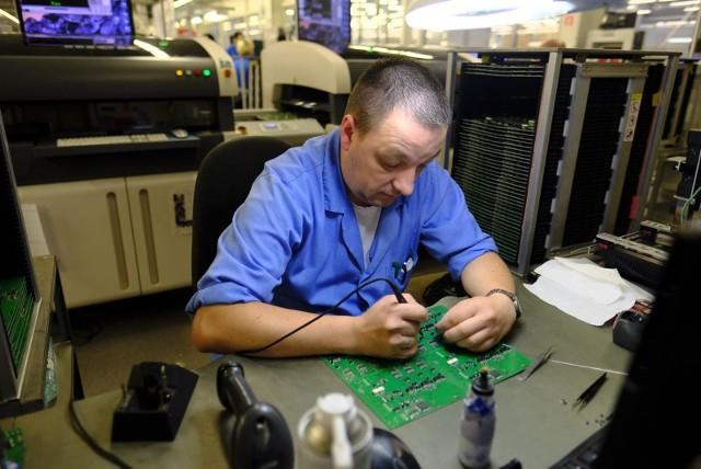 Zaglądamy do fabryki firmy Apator w podtoruńskim Ostaszewie, gdzie produkuje się aparaturę elektryczną, pomiarową i górniczą. Obejrzyjcie nasz fotoreportaż, w którym zobaczcie czym zajmują się na co dzień pracownicy toruńskiej firmy. Polecamy także: Tak powstawał toruński Apator! Dużo archiwalnych zdjęć