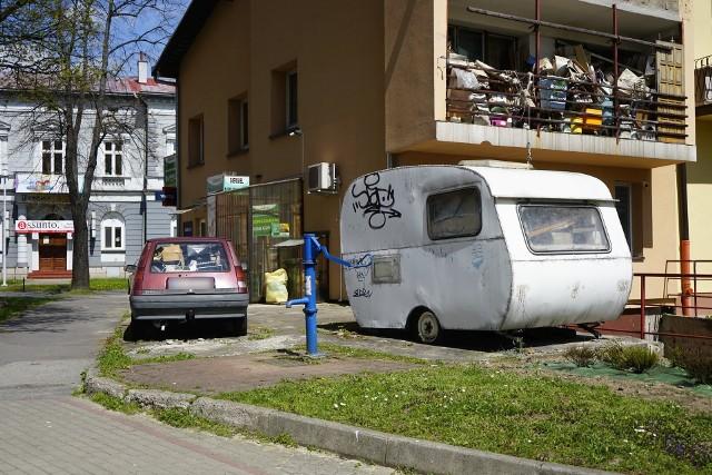 """Kamienica przy Jałowego w Rzeszowie od podłogi po sufit zasypana jest odpadami. To tylko część problemu, bo właściciel """"kolekcji"""" umieścił jej część w pojazdach naokoło budynku"""