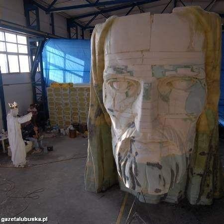 Razem z głową, którą wyrzeźbił Mirosław Patecki, pomnik ma liczyć 33 metry. Ale gdy doliczymy jeszcze koronę, wysokość statuy zamknie się w 35 metrach i 30 cm!