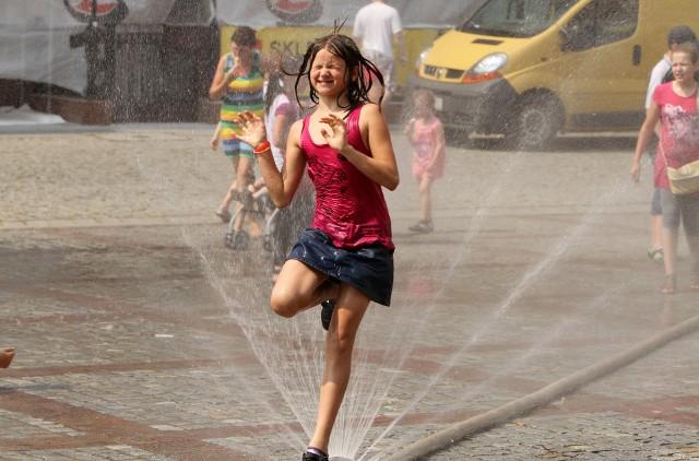Kurtyny wodne zawsze sprawiają dużo frajdy podczas upałów, zwłaszcza młodszym mieszkańcom