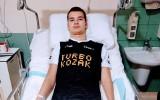Sebastian Ocimek zderzył się z bramkarzem i nie może chodzić. Przyjaciele go wspierają i proszą o pomoc