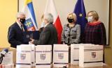 100 pulsoksymetrów marszałek województwa przekazał miastu Kielce. Zobaczcie zdjęcia