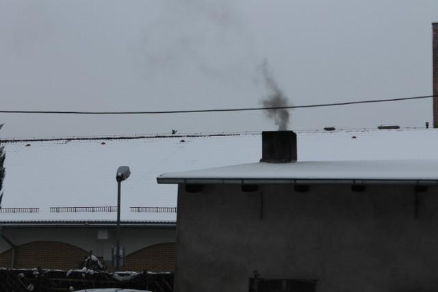 Kto powinien kontrolować zanieczyszczenia wydobywające się z komina?