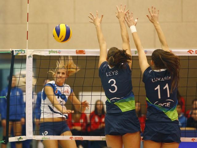 Charlotte Leys (blokuje z lewej) została w Atomie Trefl Sopot na kolejny sezon.