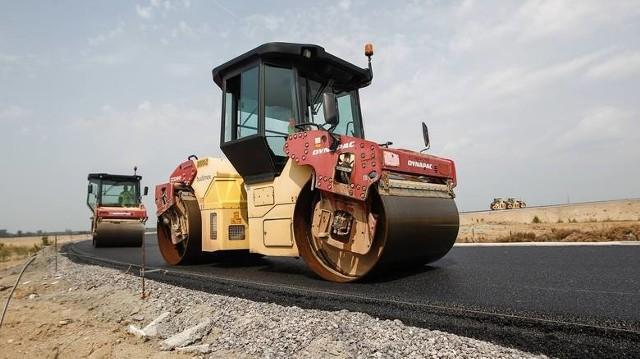 Kierowców poruszających się po drogach krajowych 70 i 71 w naszym województwie czekają zmiany. Rozpoczęły się lub niebawem rozpoczną remonty, które powodują zmiany w organizacji ruchu.Jak informuje Maciej Zalewski z łódzkiego oddziału Generalnej Dyrekcji Dróg Krajowych i Autostrad, zmiany na drodze krajowej nr 71 mają związek z  z postępem prac przy budowie drogi ekspresowej S14.-  We wtorek 13 kwietnia rozpoczęły się prace polegające na usunięciu kolizji z instalacjami wody i gazu i na budowie ronda, które będzie w przyszłości elementem włączenia DK71 do węzła Teofilów - mówi Maciej Zalewski. - Z ruchu wyłączony został zachodni pas drogi krajowej nr 71 na długości ok. 100 metrów, na 24-tym kilometrze drogi (okolice ulicy Wycieczkowej). Wprowadzono tam ruch wahadłowy, kierowany za pomocą sygnalizacji świetlnej. Taka organizacja ruchu będzie obowiązywała przez blisko trzy  tygodnie.Natomiast w środę 14 kwietnia rozpoczynają się prace związane z budową ronda u zbiegu DK71 i ulicy Zgierskiej w Konstantynowie Łódzkim. Zostanie wyłączony jeden pas ruchu na DK71 na długości ok. 150 metrów, zaś na ulicy Zgierskiej na odcinku ok. 180 metrów. Wprowadzony będzie ruch wahadłowy sterowany światłami w systemie trójfazowym. Zmiana ma obowiązywać ok. 2,5 miesiąca.Czytaj dalej